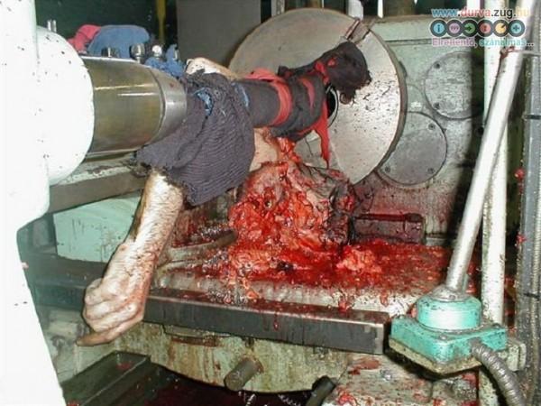 Amikor a laza pólót berántotta a fémmegmunkáló gép