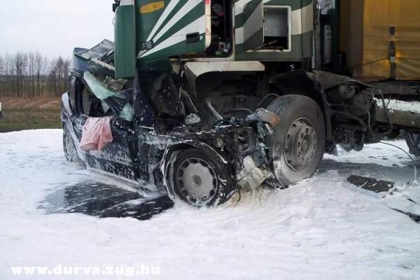 Autó a kamion alatt