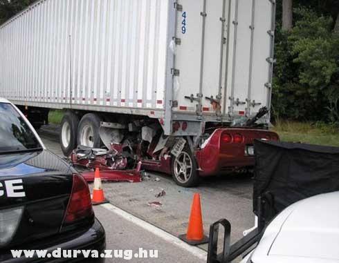 Becsúszott a kamion alá