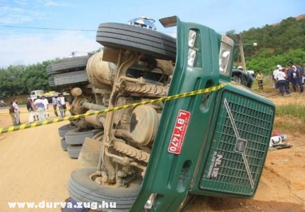 Fölborult a teherautó