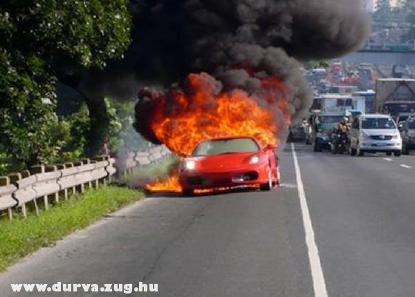 Lángol a Ferrari