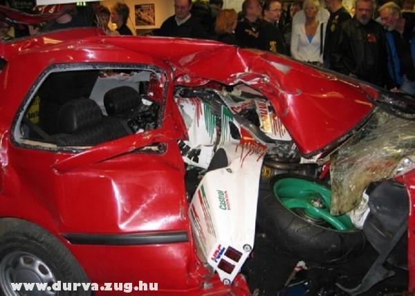 250 km/h sebességgel csapódott a kocsiba a motoros