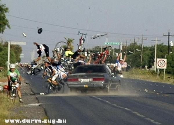 Biciklisek közé hajtott