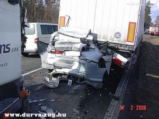 Két kamion között