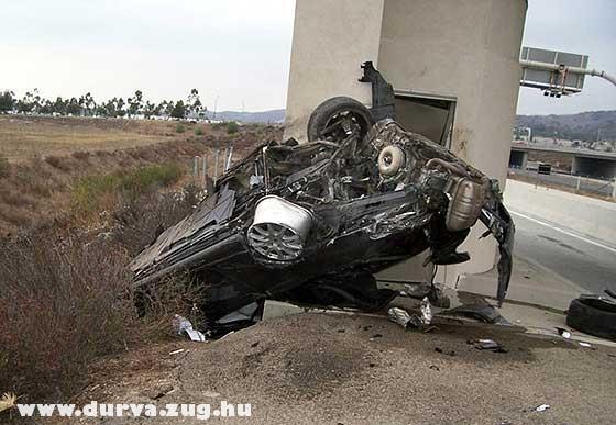 Táblának repült autó