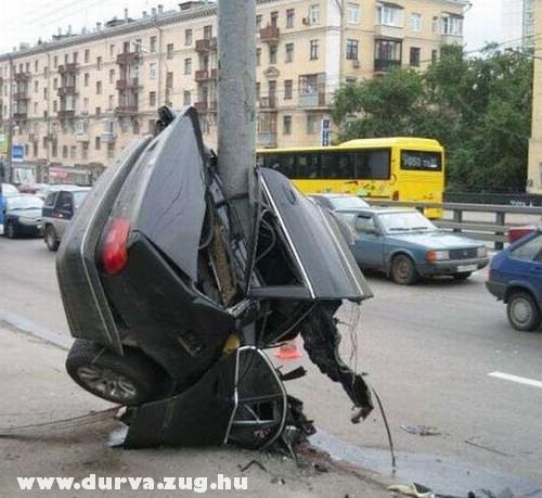 Egy fél autó a karón