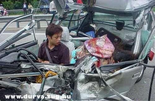 Durva baleset, halottak az autóban