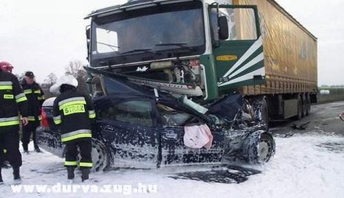 Volvo a kamion alatt