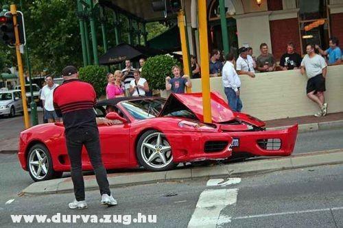 Karónak ment a Ferrari