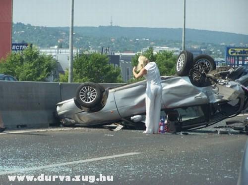 Felborult az autó