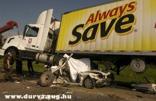BMW a kamion alatt