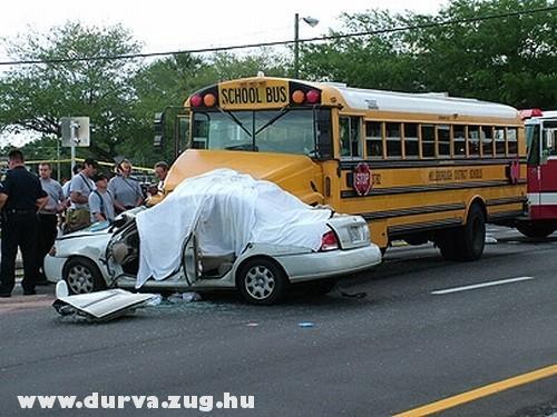 Iskolabusszal ütközött