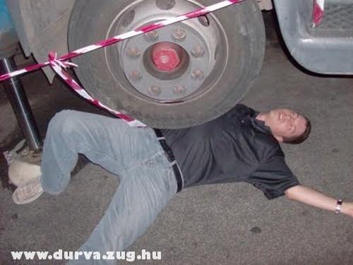 A teherautó kereke alatt egy ember
