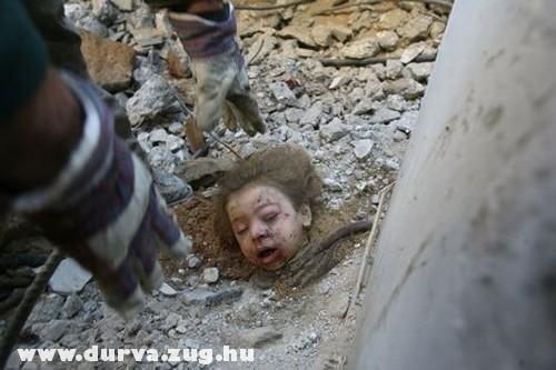 Brutális! egy gyerek feje a romok alatt