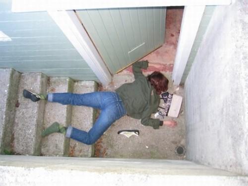 Leesett a lépcsõn és meghalt