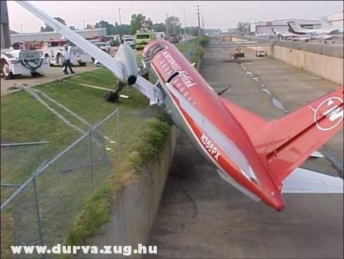 Lezuhant a repülõ az autópályára