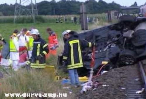 Vonat elé hajtott az autójával