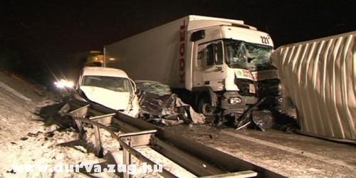Kamionok és személyautók balesete
