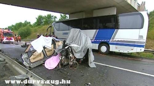 Busz és személyautó ütközött