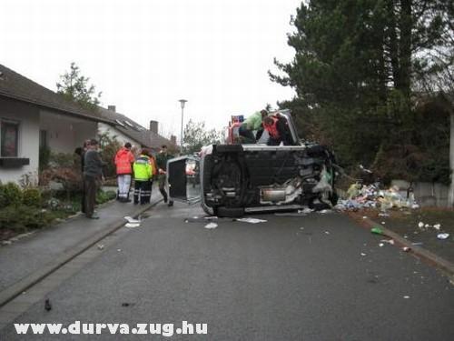Felbolrult autó