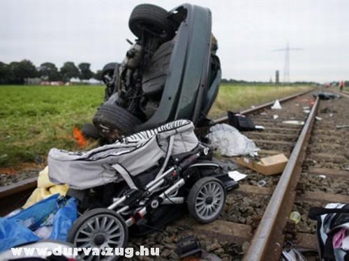 Vonat elé hajtott az autó