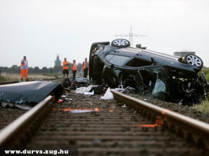 Vonat elé hajtott, mindenki meghalt