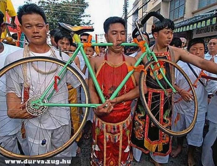 Átszúrta a biciklit a száján - durva fotóval