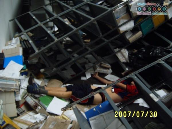 Rögzítetlen polc nyomta össze a diákmunkást